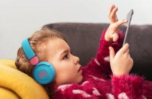JBL laver rigtig fine hovedtelefoner til børn.
